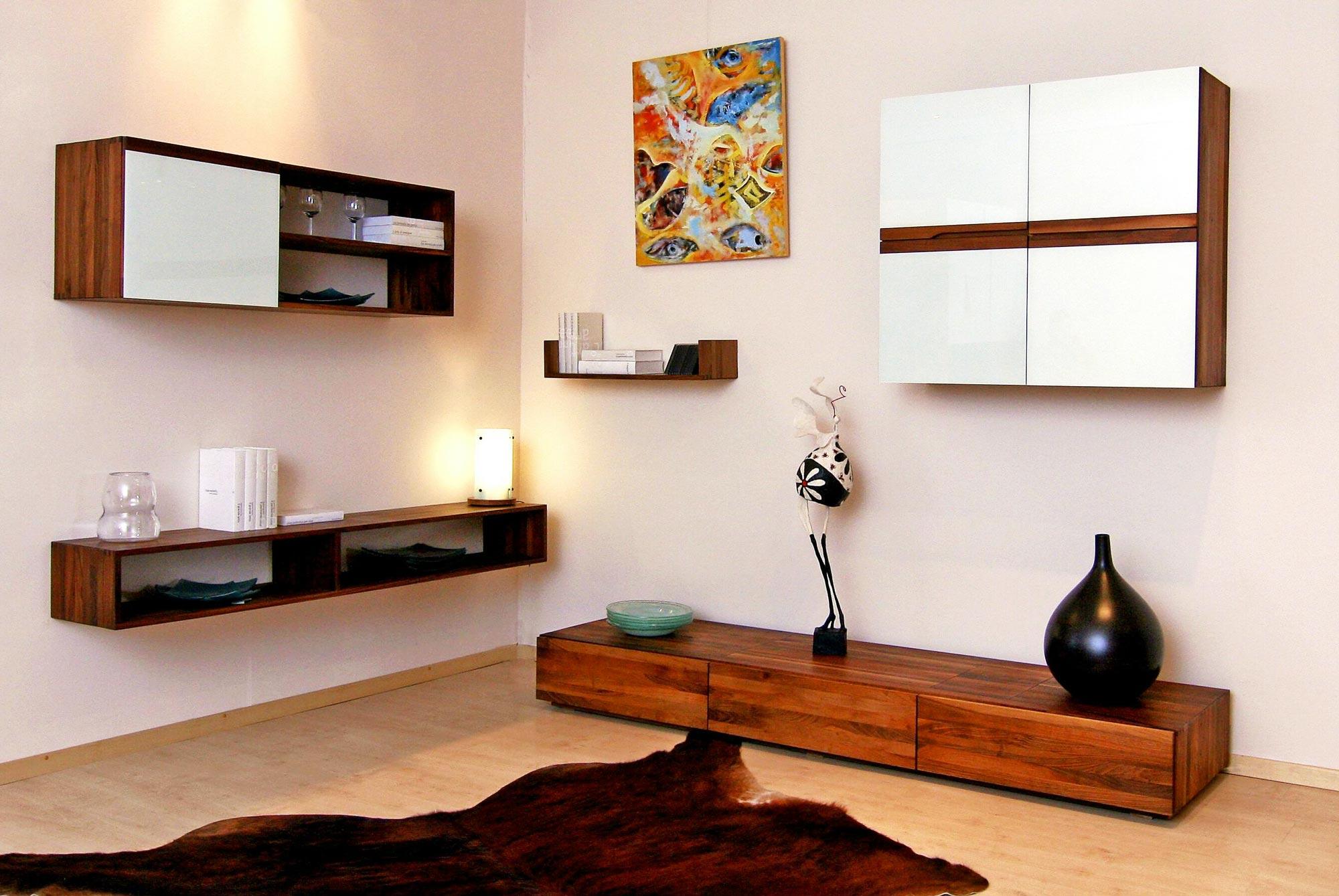 Composition d'étagères de créateur en bois noble pour salon contemporain sur mesure